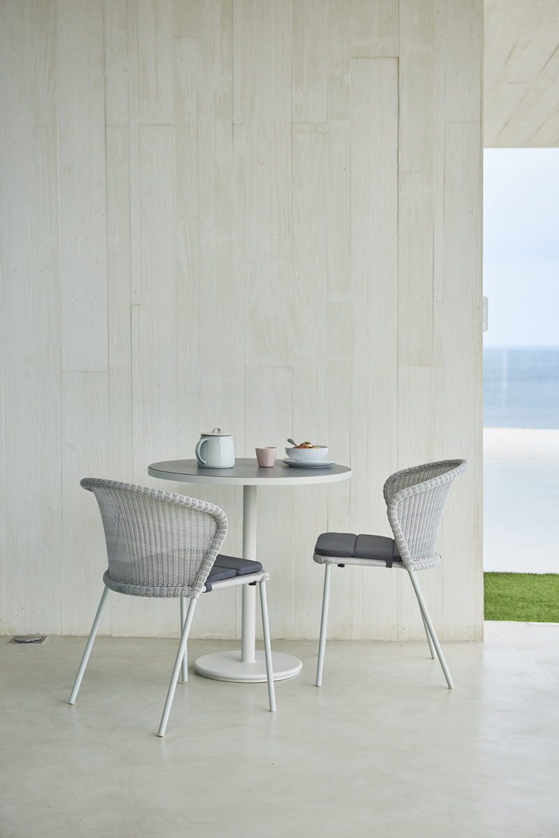Lean-chair-go-café-table-2