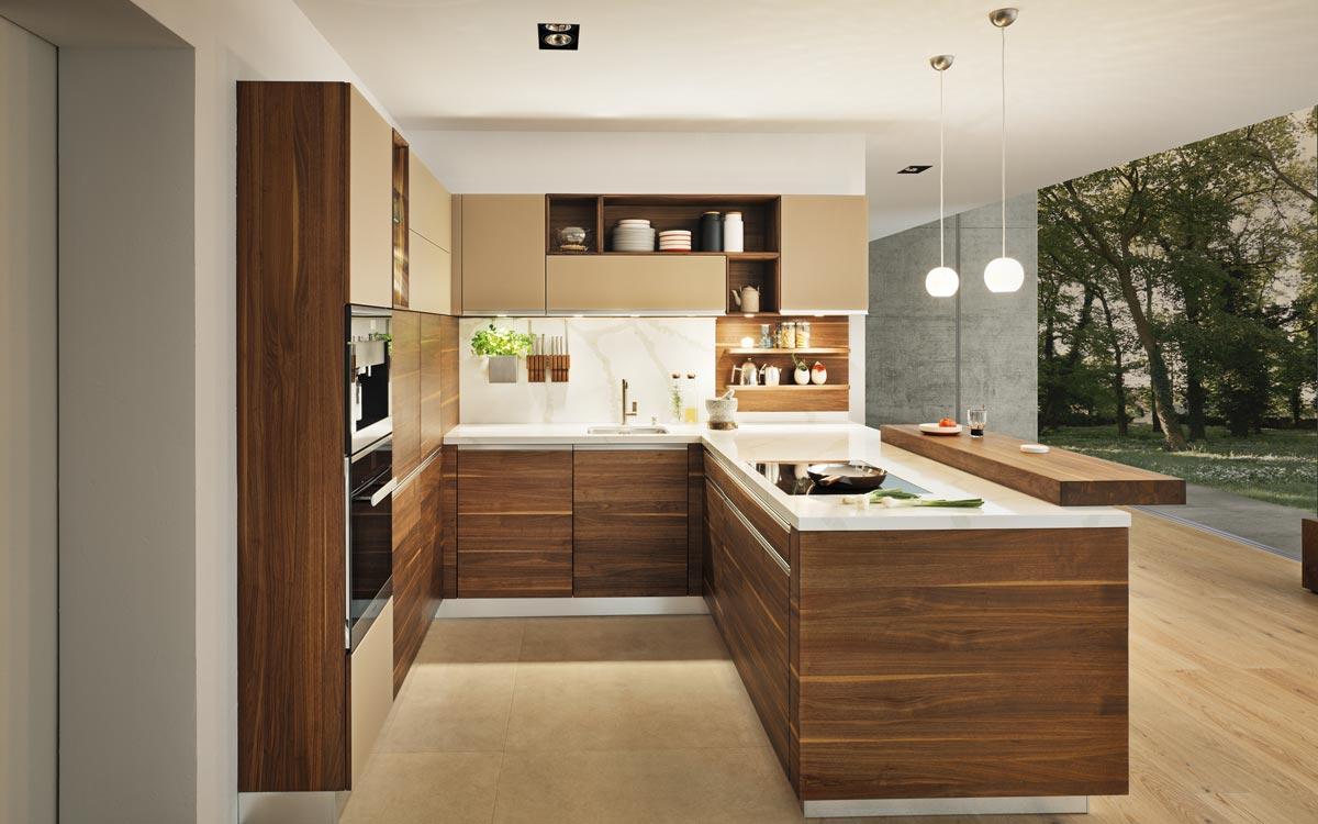 U-Küche in dunklem Holz