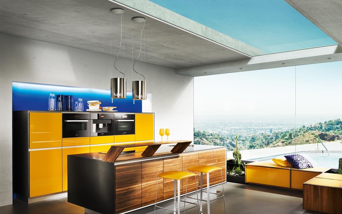Küche mit gelben Hochglanz-Fronten