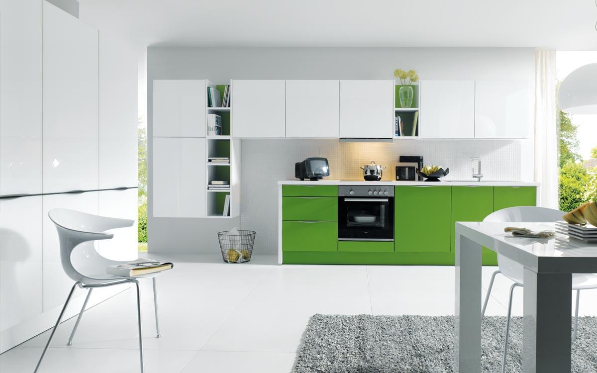 Weiße Küche mit grünen Fronten