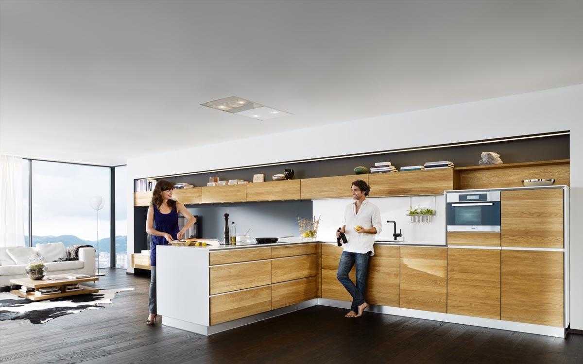 Grifflose Küche mit Holzfronten