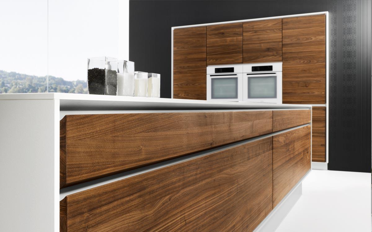 Grifflose Küche mit Nussbaum-Fronten