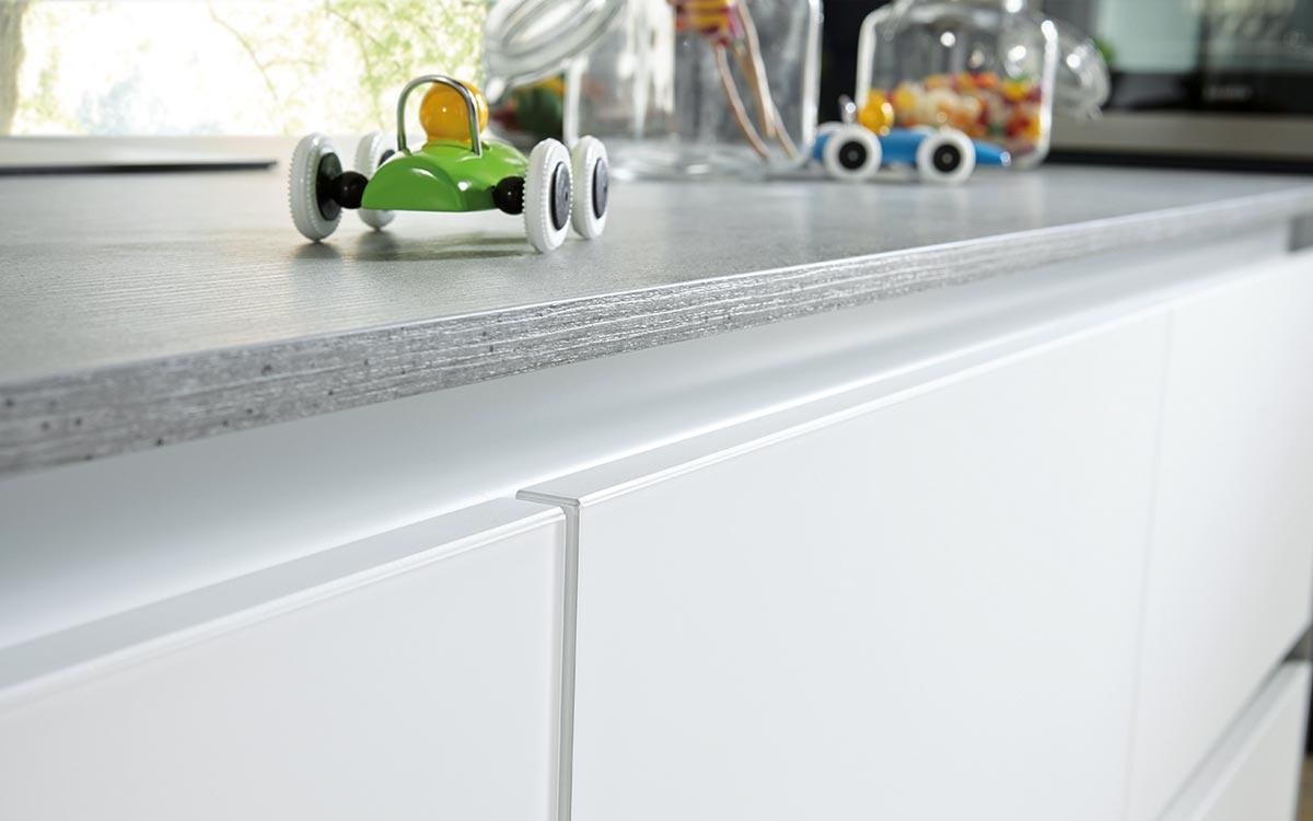 Grifflose Küche in Weiß