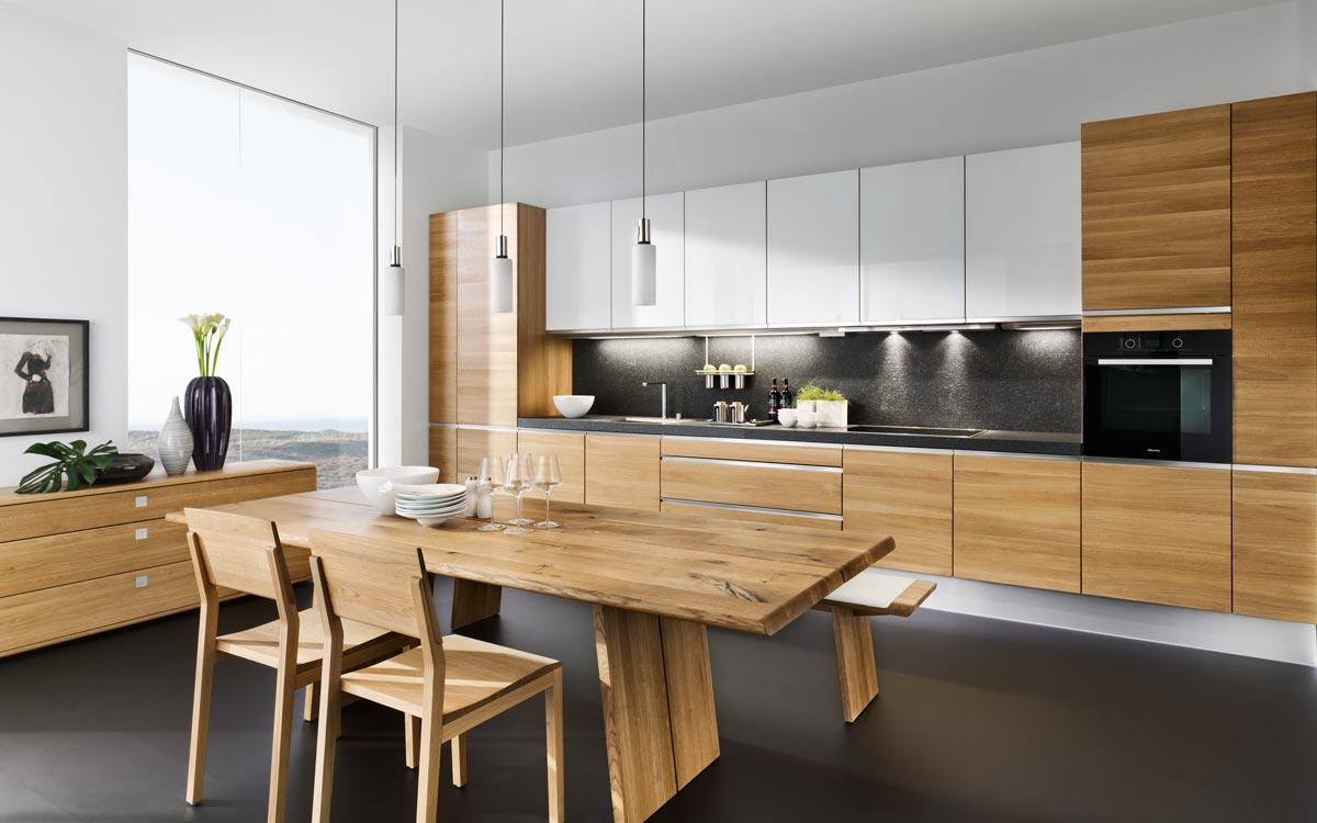 Küche in Holz mit Weißen Hängeschränken