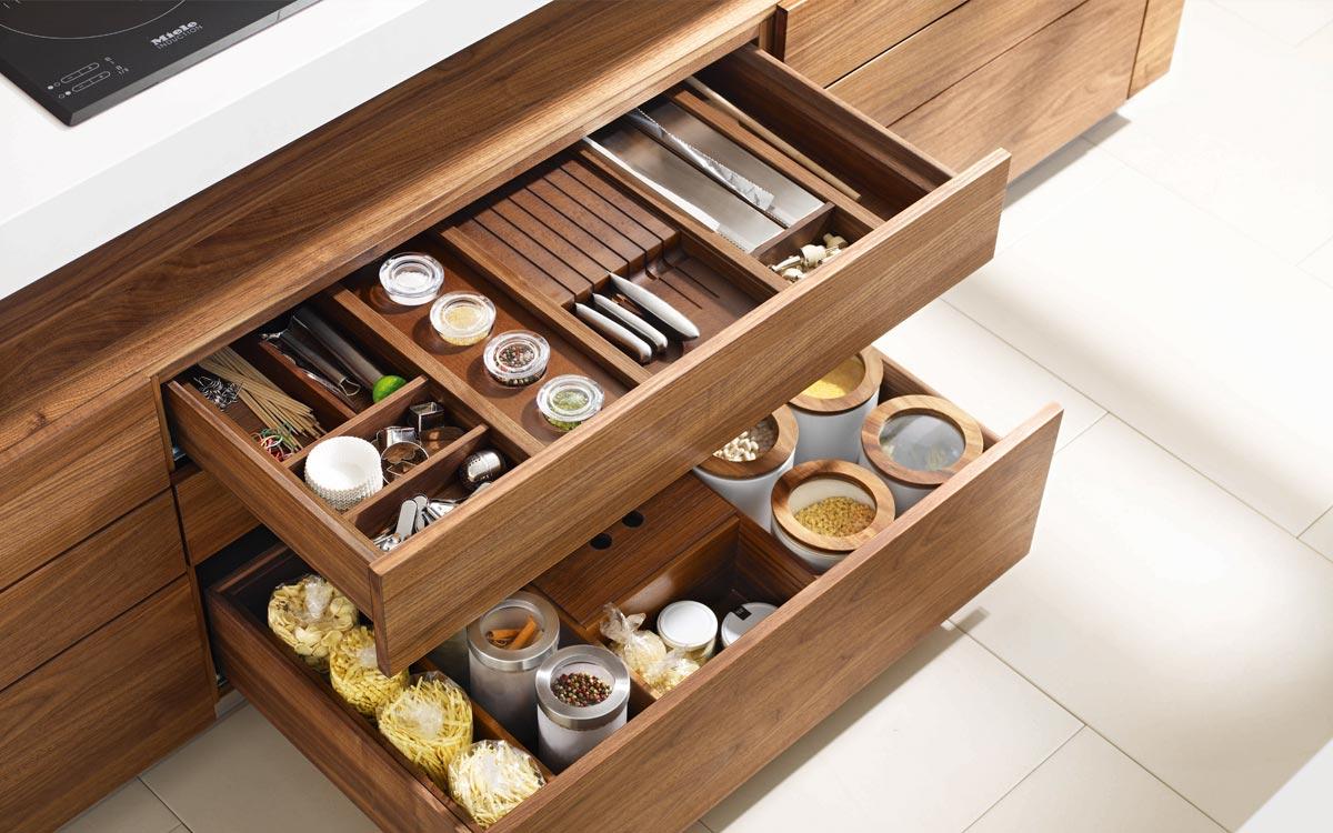 Küche mit Unterschränken und Schubladen aus Holz