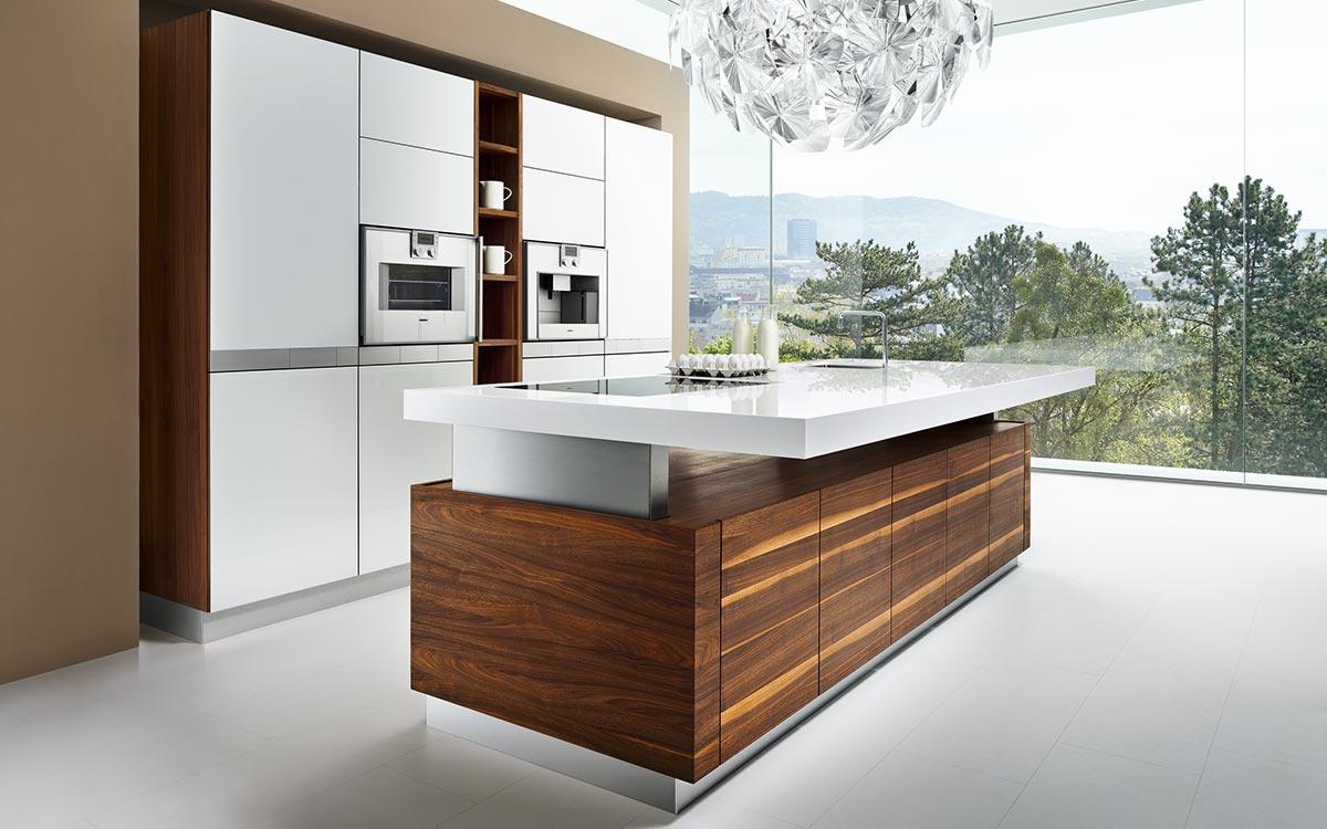 Küchenzeile mit weißen Fronten und hellen Hängeschränken