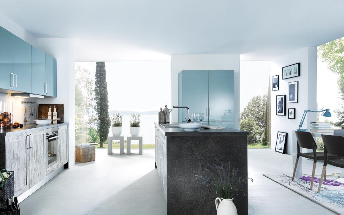 Küche mit Fronten in dunklem Holz und Cappuccino-Braun