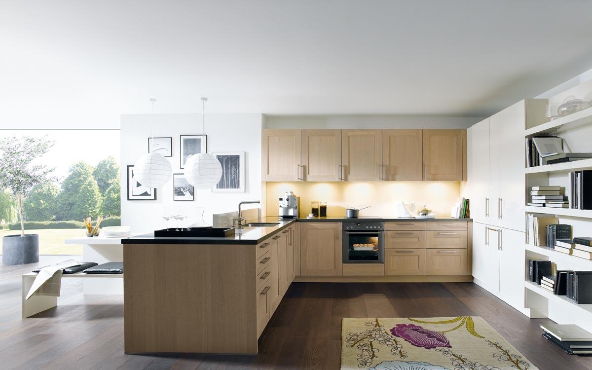 Küche mit Fronten in Blau-Grau und grauem Holz
