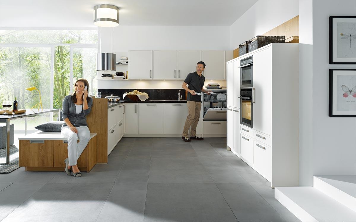 Küche mit weißen Hochglanzfronten und hellen Holzfronten