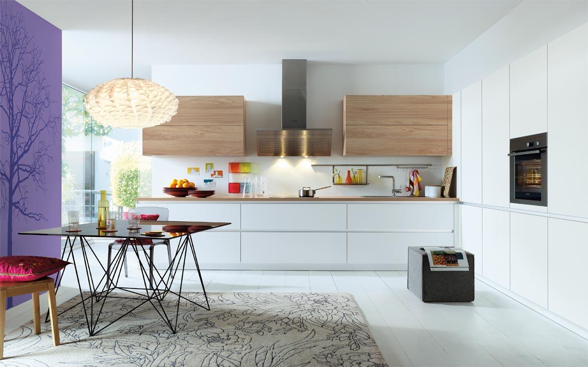 Inselküche mit weißen Fronten und grauen Holzfronten