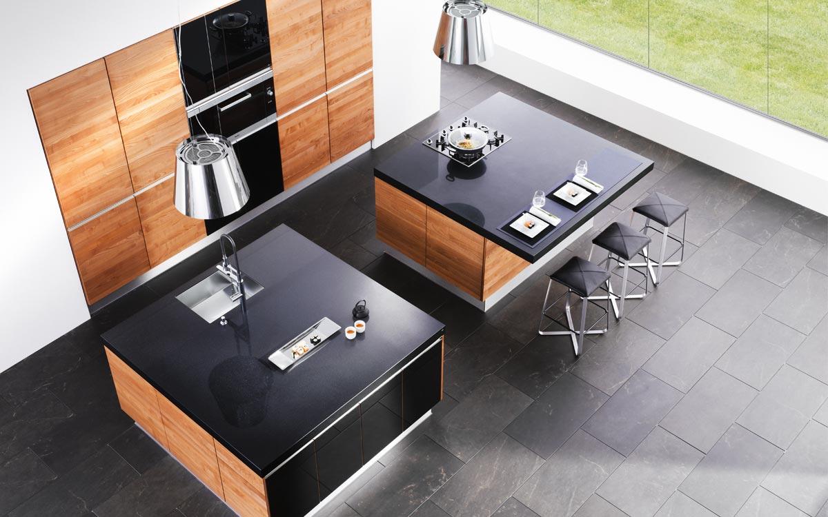 Küche mit Fronten aus Holz und Hochglanz