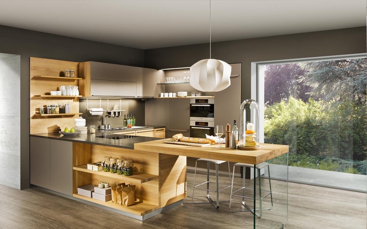 Inselküche mit Fronten aus Holz und Hochglanz