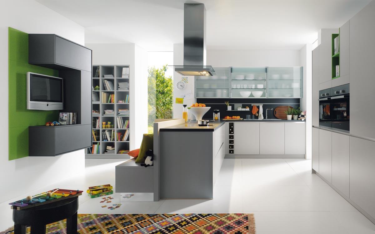 Küche mit Nussbaumfronten und weißen Hochglanzfronten