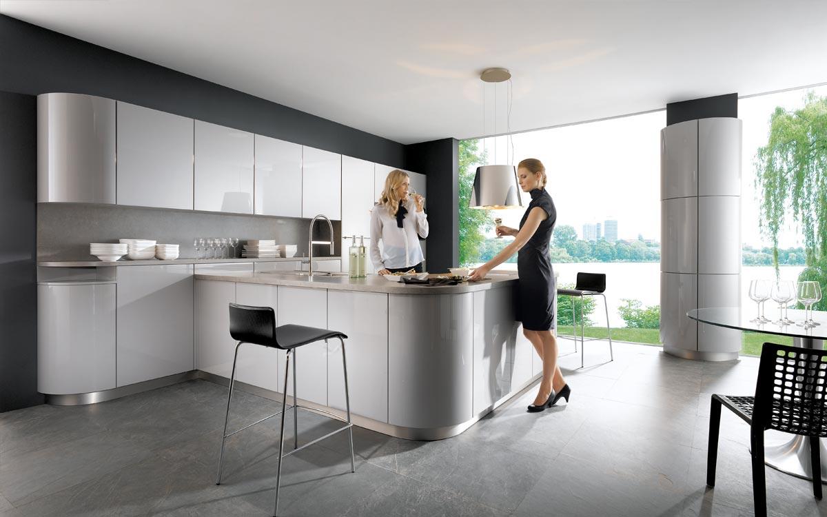 Küche in Grau mit Hängeschränken mit Glasfronten