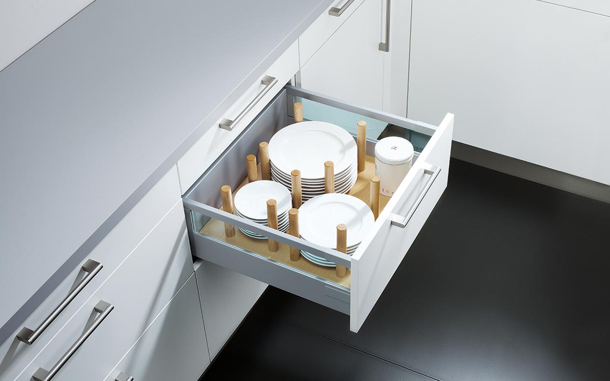 Küchen-Unterschrank-Schublade mit Massivholzstäben zur individuellen Raumaufteilung für z.B. Teller