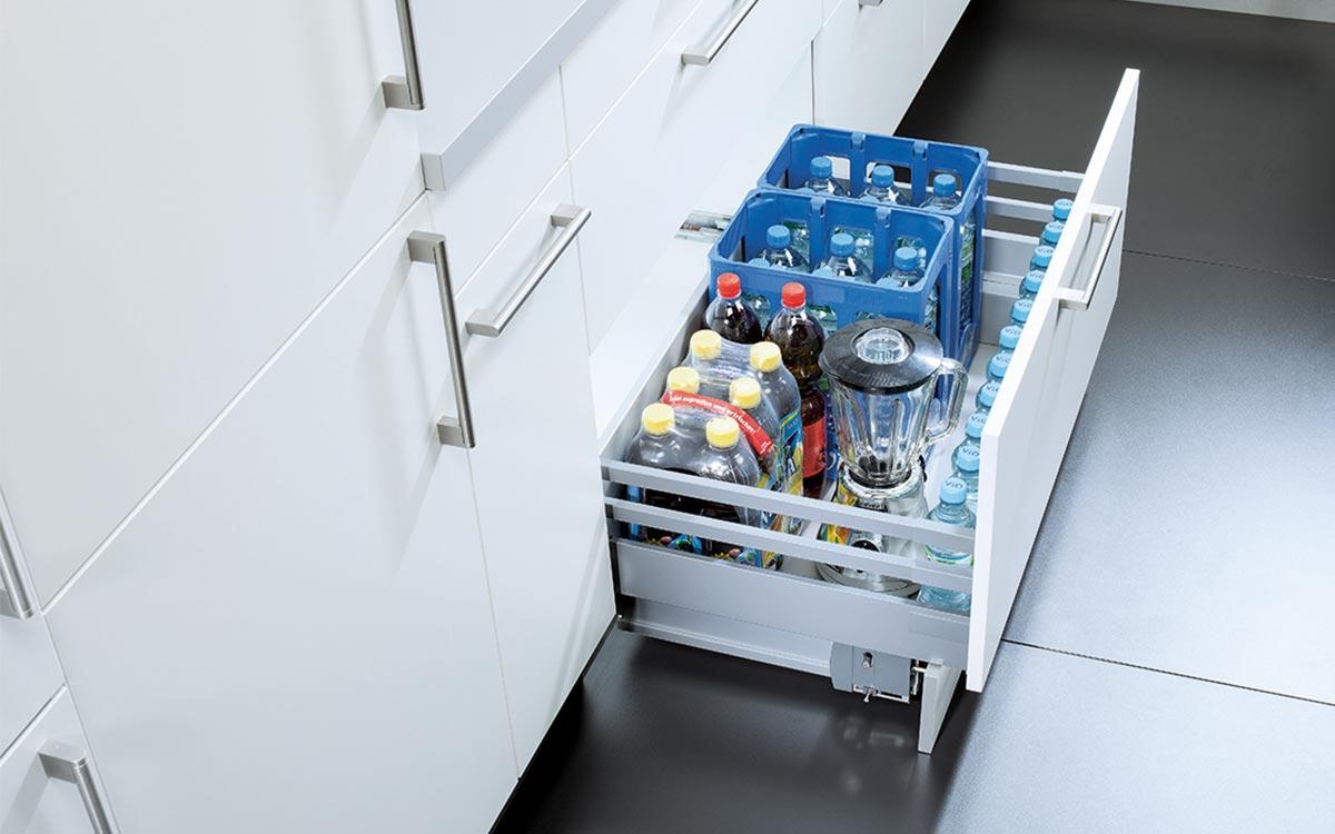 Küchen-Unterschrank mit Großraumauszug z.B. für Wasserkisten